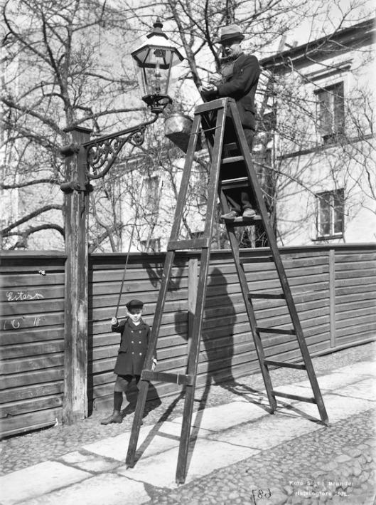 Kaasulyhtyä puhdistetaan konstantinink 10 edustalla Brander 1912