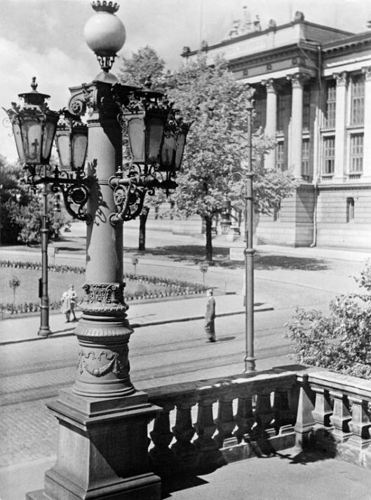 1920 -luku . Säätytalon lyhtypylväs Snellmaninkatu 9, 11. Takana Valtionarkisto ( Kansallisarkisto) Rauhankatu 17 - Snellmaninkatu 8.