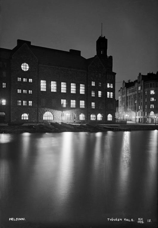 1925 . Säästöpankinranta 6. Helsingin työväentalo iltavalaistuksessa. Eläintarhanlahti jäässä.
