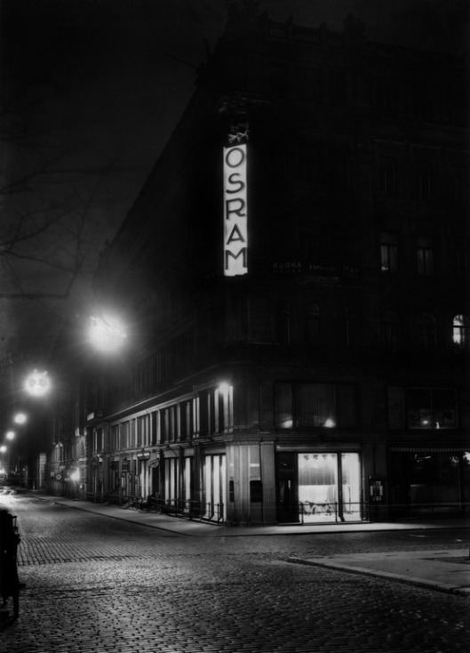1929 . Pohjoisesplanadi 33. - Mikonkatu 1. Iltavalaistuksessa.