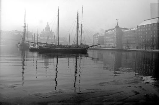 1920 -luvun loppu . Pohjoissatama. Laiva halkolastissa. Taustalla Pohjoisranta 6, 4, 2 ja Uspenskin katedraali.