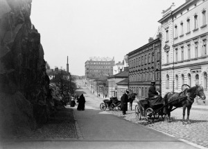 189705 . Nikolainkatua pohjoiseenpäin kuvattuna, oikealla Nikolainkatu ( Snellmaninkatu) 17, 19, 21 ja 23, ensinmainittu Vironkadun kulmassa ( - Vironkatu 11).