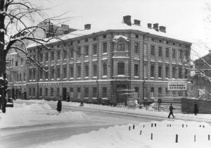 1956 . Snellmaninkatu 13 - Rauhankatu 15. Helsingin kauppakoulu, Kustannusosakeyhtiö Kuva ja sana. Talo purettu 1956.