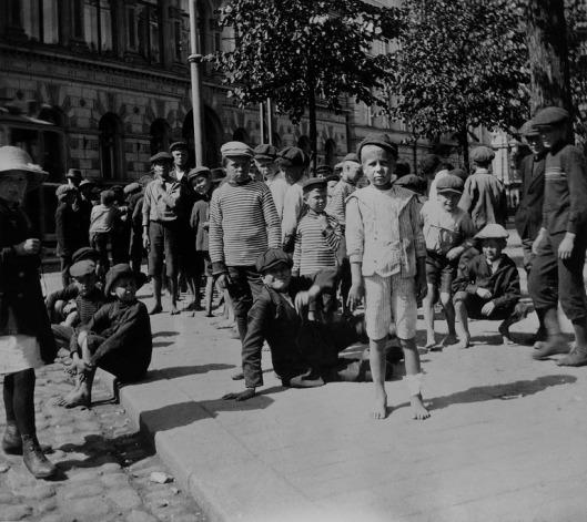 Kuva 2 HBLn sähkösanomapoikia Läntinen Heikinkatu 8 Timiriasew 1914